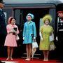 Margit hercegnő, Erzsébet királynő és az Anyakirálynő 1969-ben. Erzsébeten ismét egy olyan cipő látható, mint előbbi képeken, csak fehérben.