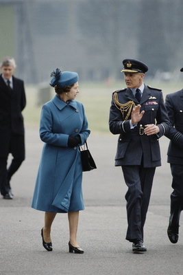 És egy egész fris skép június 28-ról, Londonból. Tényleg mindig ugyanolyan cipő van Erzsébeten.