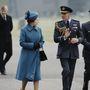 1984: II Erzsébet cipőit masni vagy lánc szokta díszíteni, de dízs nélküli lábbelikkel is el van látva.
