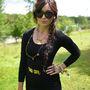 Daisy Lowe a Glastonbury-n, napszemüvegben.