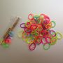 Íme a csomag tartalma: akár színenként is szétválogathatja a gumikat, mi maradtunk a szivárvány opciónál.