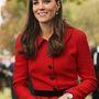 Katalin hercegné csinosan pirosban, de a jobb kezén, mintha lenne valami…