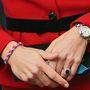 Jól látja, a hercegné gumikarkötőt visel.