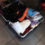 Talán egyszerűbb is, ha nem pakol ki a bőröndből, hanem hagyja a vásárlót válogatni.