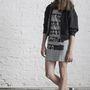 Íme a printelt T-shirt 'I'm wearing a NUBU dress without bra' felirattal.