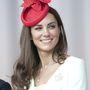 Inkább visszafogott és elegáns darabokat választ látványos kalapjai mellé. Itt épp Kanadában mosolyog 2011-ben.