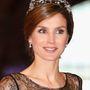 Letícia királyné előszeretettel visel tiarát, itt épp a holland királynővel találkozott 2013-ban.