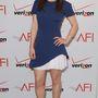 Emilia Clarke-nak a kék-fehér verzió jutott, amihez nude cipőt vett fel.
