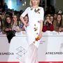 Ana de Armas-nak a fehér jutott. Nemcsak a ruhája, de a frizurája is hasonló volt Steinfeldéhez.