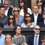 A Middleton család nézelődik a királyi páholyban.