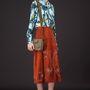 A tervezők magas derekú nadrágokban, meleg színekben, vastag anyagokban és a hetvenes évek stílusában gondolkodtak – köztük a Valentino is.