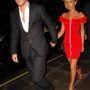 Beckham lazán, nyakkendő nélkül sétált pirosba öltözött feleségével 2007-ben Londonban.