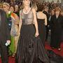 Gwyneth Paltrow 2002-ben vette fel Alexander McQueen villantós estélyi ruháját Hollywoodban.
