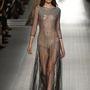 Átlátszó estélyi ruha a Blumarine kifutóján Milánóban.