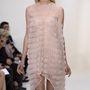 Egy szemérmesebb mellvillantós ruha Christian Diortól.