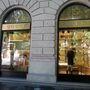 A Guccinál a nyári kollekció cipőinek és ruháinak egy része 50%-kal, táskáinak és tárcáinak egy része pedig 30%-kal olcsóbb, mint teljes áron volt. Itt július 28-ig tart a leárazás.