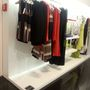 A Givenchy felső 160 ezer forintnál 70%-kal olcsóbb, a Givenchy blézer 200 ezer forint helyett 70%-os kedvezménnyel kapható.