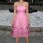 Gemma Arterton előnytelen pózban de előnyös Miu Miu ruhában álldogál.