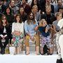 A Chanel haute coutre show első sora zsúfolásig van töltve híres emberekkel, balról jobbra: Kristen Stewart, Isabelle Huppert, Alma Jorodowski, Jared Leto és Alice Dellal.