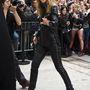 Dakota Johnson, a Szürke 50 árnyalatából készülő film főszereplője talpig bőrben érkezett a Chanel bemutatóra.