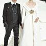 A showt Lagerfeld egyik kedvenc múzsája, az állapotos Ashleigt Good vitte el, aki a bemutató zárórészeként kéz a kézben sétált végig a kifutón a designerrel.