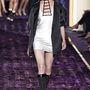 Az Atelier Versace shown egy rövid ujjú zakót és egy csillogó szuperminit kapott a stylisttól Axente.