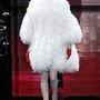 Giorgio Armani Privé bemutatóján pedig egy hófehér szőrös kabátban és piros kesztyűben lejtett végig a kifutón.