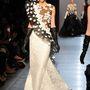 Adamik Luca Georges Chakra virágokkal díszített estélyi ruhájában.
