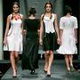 Az utolsó ciklusban körülbelül 8 ember dolgozott a tervezővel együtt a kollekción, ami hatvan öltözetből áll