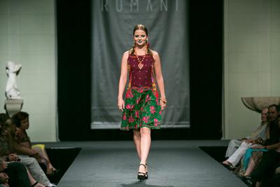 Középen a ruhákat tervező Varga Erika, mellette kétoldalt Diós Gabriella és Varga Helena, hátérben a modellek.