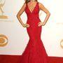 A piros estélyit Vera Wang tervezte a színésznőnek, aki smaragzöld gyűrűt választott a ruhához Lorraine Schwartztól. A ruhában Vergara az Emmy gálán jelent meg 2013-ban.
