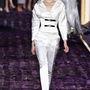 A fehér nadrágkosztüm, mint alternatíva nem is olyan rossz ötlet. Versace.