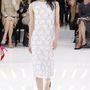 A térd alatt ujjatlan csipkeruha sem jövőre megy ki a divatból. Christian Dior haute couture.