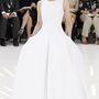 A Christian Dior vezető tervezője, Raf Simons kollekciójában megfértek egymás mellett a fiatalabb generációt megcélzó áttetsző anyaggal kombinált fehér miniruhák és a klasszikus báliruhákat idéző földig érő, helyenként virágmintás és csipkés darabok is.