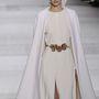 A pelerinszerű megoldások is trendik voltak az haute couture héten, Giambattista Valli showja.