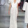 Ulyana Sergeenko hatalmas fodrokkal rontotta el menyasszonyi ruháját.