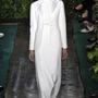 Ha a tógaszerű darabokért nem is rajongtunk, a fehér blézerrel kombinált menyasszonyi ruhát szerettük a kollekcióból.