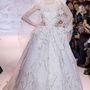Nemcsak Elie Saab, Zuhair Murad is küldött kifutóra klasszikus menyasszonyi ruhát.