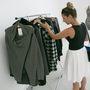 """A ruhákat a sajtóbemutatón stílus szerint kategorizálták: a """"Casual Cosiness"""" ruhái nőiesek, lezserek, kényelmesek, a """"Metropolitan Move"""" szettjei pamut, dzsörzé, bőr és bársony anyagú, kicsit hippis ruhákból állnak."""