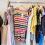 Klara Nademlynska ruhái különlegesen színesek.