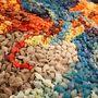 Az alkotás érdekessége, hogy mini, műgyantából készült halakkal dolgozott a tervező, melyeket ügyesen elforgatva és színeiket okosan keverve rendezett képpé.