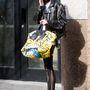 Túlméretezett képregényes táskát passzinthatunk a bőrdzsekihez.