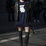 Számos modell járkál hasonló, póló, bőrdzseki és térdcsizma szerelésben.