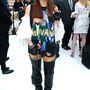 A koreai énekesnő, CL, Nirvana pólóban és térdcsizmában tekintette meg a Chanel bemutatót.