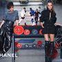 Cara Delevingne a Chanel, a Balmain és a Burberry arca.