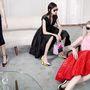 A Dior modellei, Julia Nobis, Fei Fei Sun, Helena Severin és Kasia Jujeczka kinyújtott lábakkal várakoznak valamire, a beállításnak köszönhetően azonnal a szoborszerű cipőkre irányul a néző tekintete.