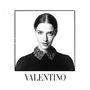 A Valentino őszi-téli kollekciója tele van színesebbnél-színesebb darabokkal, így igencsak meglepetten láttuk a hatvanas éveket idéző fekete-fehér kampányképeket.