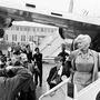 Jane Mansfield is szeretett kényelmesen, de elegánsan utazni, ő 1957-ben egy elöl gombos ingruhában és a ruhához képest feltűnő nyakláncban köszöntötte a fotóriportereket és újságírókat a londoni reptéren.