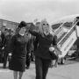 1966: Brigitte Bardot egy duplagombolásos kiskabátban és fehér keretes napszemüvegben a londoni Heathrow reptéren.