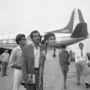 Fonott copfok és ujjatlan, A-vonalú ruha Jane Fondán a velencei reptéren 1967-ben.
